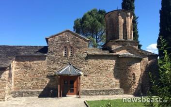 Η γαλήνια εκκλησία στα ελληνοαλβανικά σύνορα που ενώνει δύο χώρες