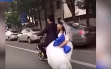 Γαμπρός αδειάζει τη νύφη... κυριολεκτικά
