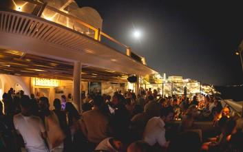 Tango, cocktail bar-σταθμός στη διασκέδαση της Σαντορίνης