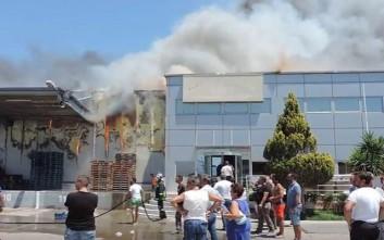 Στις φλόγες συσκευαστήριο αγροτικών προϊόντων στο Τυμπάκι Ηρακλείου