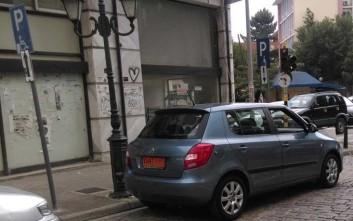 Δήμαρχος πάρκαρε σε θέση στάθμευσης για ΑΜΕΑ!