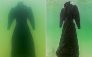 Άφησε ένα φόρεμα στη Νεκρά Θάλασσα για δύο χρόνια και αυτό είναι το αποτέλεσμα