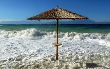 Η θάλασσα καταπίνει τις παραλίες της Ελλάδας