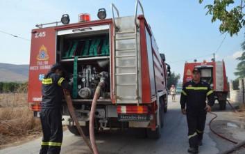 Μαίνεται η πυρκαγιά στην αποθήκη ξυλείας στο Κορωπί
