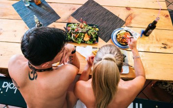 Η γυμνή μόδα των εστιατορίων και το αυστηρό body control