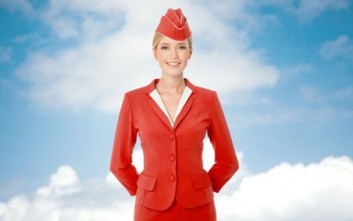 Για ποιο λόγο οι αεροσυνοδοί έχουν τα χέρια πίσω τους όταν χαιρετάνε τους επιβάτες;