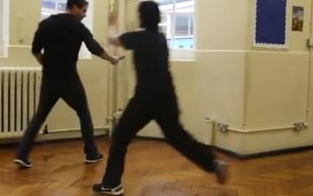 Πώς μπορείς να αποφύγεις μια επίθεση με μαχαίρι με απλές κινήσεις