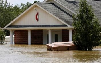 Οι πλημμύρες ξέθαψαν φέρετρα στη Λουιζιάνα