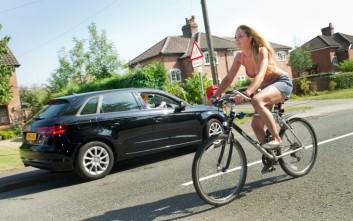 Οδηγός ζήτησε αποζημίωση από γυναίκα με μπικίνι γιατί τράκαρε ενώ την κοιτούσε!