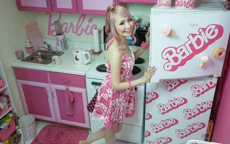 Νεαρή ξόδεψε 55.000 λίρες για να κάνει το σπίτι της «ιερό της Barbie»