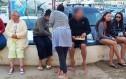Πρώην πρωθυπουργός κολατσίζει ξυπόλυτος στις διακοπές του