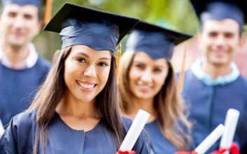 Γιατί δεν πρέπει οι απόφοιτοι να ανεβάζουν selfie με το πτυχίο τους