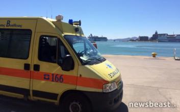 Ασθενοφόρα στον Πειραιά περιμένουν να μεταφέρουν τραυματίες από την Αίγινα