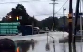 Φορτηγό γίνεται... πλοίο στις πλημμύρες της Λουιζιάνα