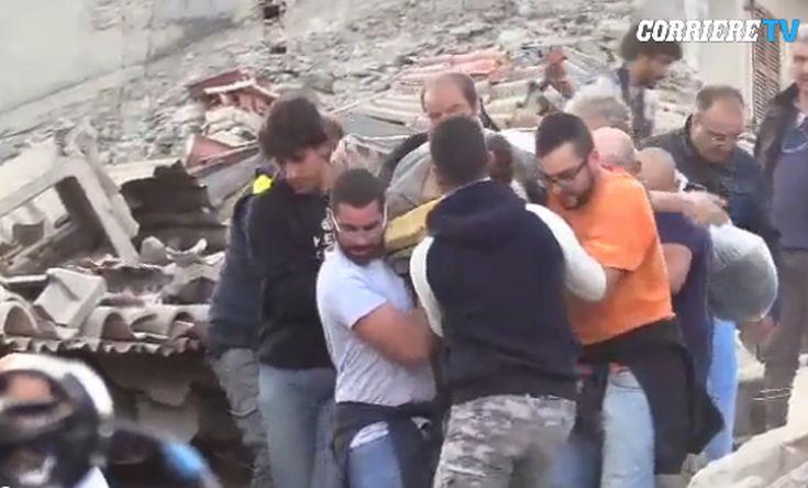Η στιγμή του απεγκλωβισμού νεαρού από τα ερείπια στην Ιταλία