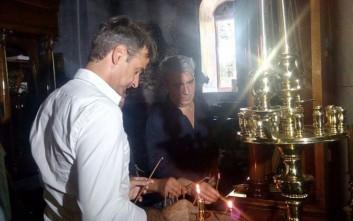 Μητσοτάκης και Κεδίκογλου ανάβουν κερί σε μονή στην Εύβοια