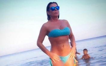 Η Άντζελα Δημητρίου με μπικίνι στην παραλία