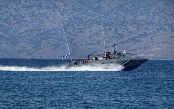 Τρία ρυμουλκά για το πλοίο που προσάραξε στην Άνδρο