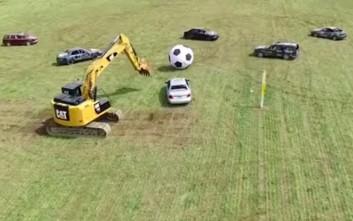 Ο μοναδικός αγώνας ποδοσφαίρου με αυτοκίνητα για παίκτες