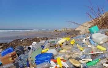 Αυτοί είναι οι μεγαλύτεροι παραγωγοί πλαστικών απορριμμάτων στον κόσμο