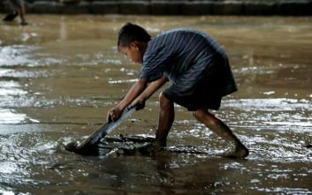 Ενενήντα άνθρωποι χάθηκαν στις λάσπες στις Φιλιππίνες