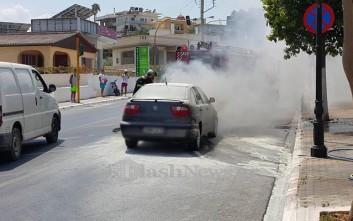 Αυτοκίνητο πήρε φωτιά ενώ ήταν εν κινήσει