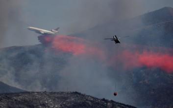 Απομακρύνονται χιλιάδες άνθρωποι από τη φλεγόμενη Καλιφόρνια