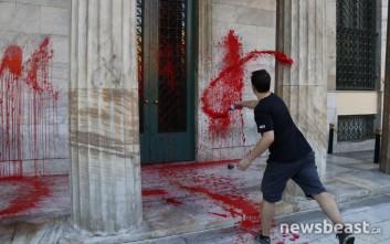 Αντιεξουσιαστές πέταξαν κόκκινη μπογιά στο Δημαρχείο της Αθήνας
