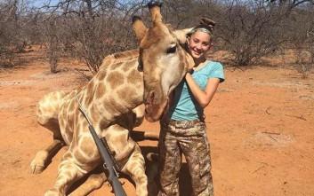 Η 12χρονη κυνηγός που ποζάρει δίπλα σε νεκρή καμηλοπάρδαλη