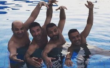Ο Μάρκος Σεφερλής κάνει… συγχρονισμένη κολύμβηση