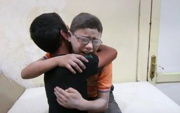 Παιδιά θρηνούν πάνω από τα συντρίμμια για το νεκρό αδελφό τους