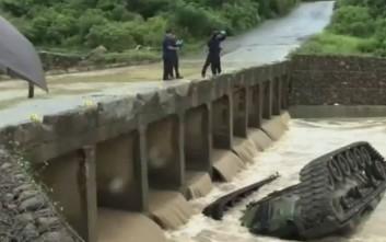 Απίστευτο δυστύχημα με τανκ που έπεσε από γέφυρα μέσα σε ποτάμι