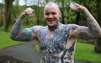 Τριαντάχρονος με Πάρκινσον εξηγεί πώς τα τατουάζ τον βοηθούν με την ασθένειά του