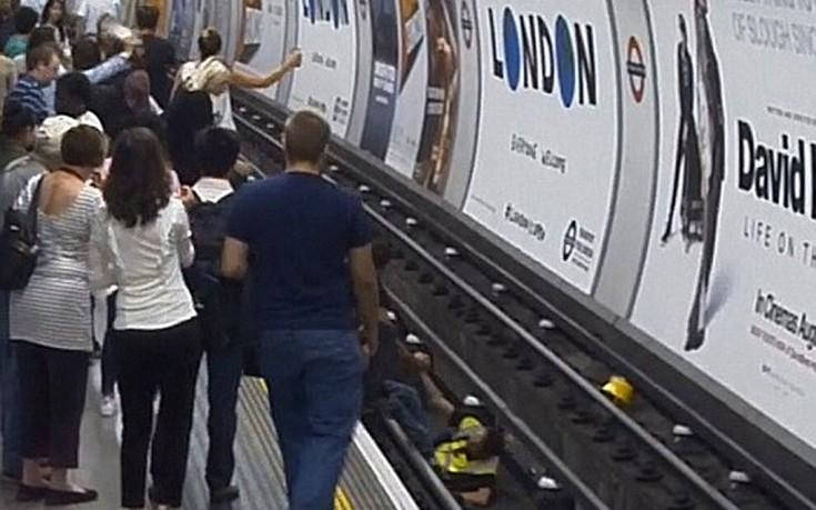 Άγνωστος πηδά με αυτοθυσία στις γραμμές του μετρό για να σώσει επιβάτη