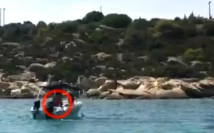 Παιδί 10 ετών οδηγεί σκάφος στη Χαλκιδική