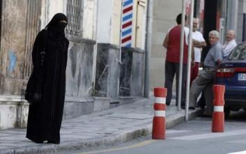 Ισπανοί χούλιγκαν κλώτσησαν στην κοιλιά έγκυο επειδή φορούσε μαντήλα