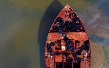 Πετώντας πάνω από ένα νεκροταφείο πλοίων