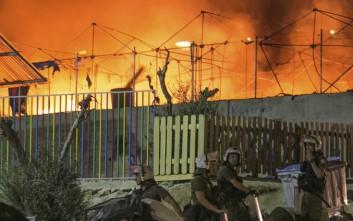 Φωτιά σε μεγάλη σκηνή ξέσπασε στη Μόρια