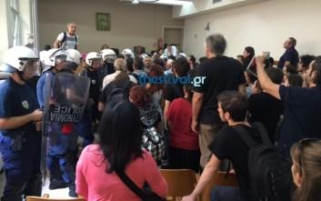 Διαδηλωτές απέτρεψαν τον πλειστηριασμό σπιτιού αναπήρου