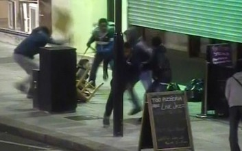 Δέκα άτομα επιτίθενται σε νεαρό για να του κλέψουν το κινητό