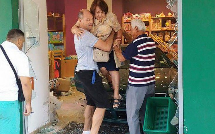 Ηλικιωμένη μπήκε με το αυτοκίνητό της σε κατάστημα στη Νέα Σμύρνη