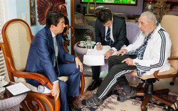 Ο Φιντέλ Κάστρο υποδέχθηκε τον Ιάπωνα πρωθυπουργό