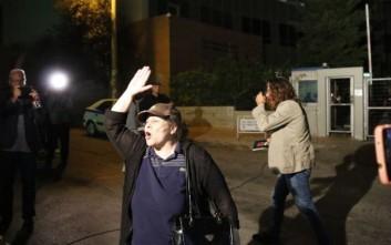 Παρουσία - έκπληξη της Λουκά έξω από τη Γενική Γραμματεία Ενημέρωσης