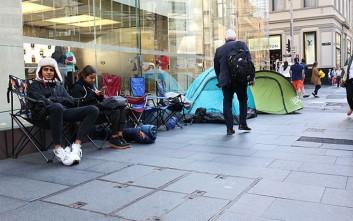 Οι άνθρωποι που πληρώνονται για να περιμένουν στην ουρά για το iPhone7