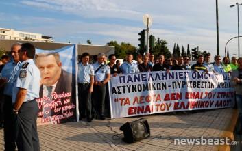 Διαμαρτυρία ενστόλων έξω από το υπουργείο Άμυνας