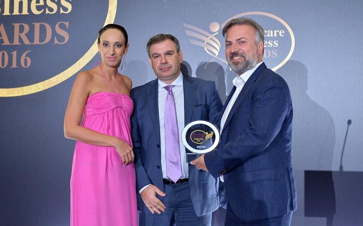 Από αριστερά: H διευθύντρια της κλινικής Advanced Hair Clinics κα Λίλη Αγιάντ με τον πρόεδρο και επιστημονικό διευθυντή της κλινικής Δρ Αναστάσιο Βεκρή