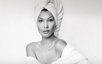 Η Bella Hadid μόνο με μία λευκή πετσέτα