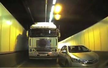 «Τζαρτζάρισμα» φορτηγού σε αυτοκίνητο μέσα σε τούνελ