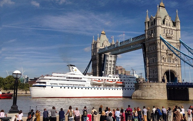Το επιβλητικό κρουαζιερόπλοιο που τράβηξε όλα τα βλέμματα στο Λονδίνο