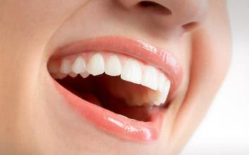 Ποιες τροφές χαρίζουν λευκά δόντια